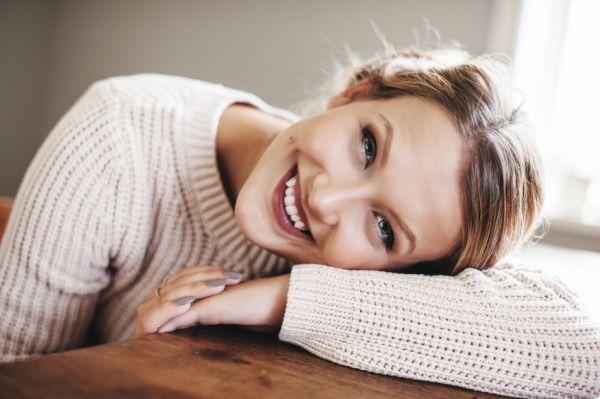 femme-heureuse-sourire-pull-laine