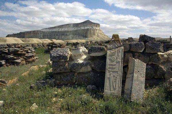 D'anciens monuments en pierre d_couverts pr_s de la Mer Caspienne