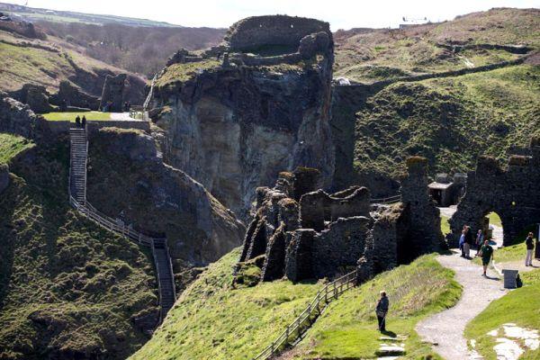 Une ancienne pierre gravée a été découverte à Tintagel