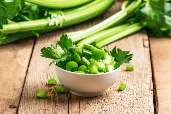 Manger une salade ou un céleri