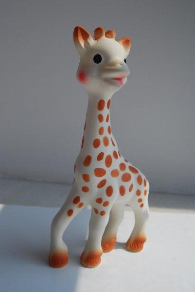 Sophie la girafe avec moisissure. La photo de Sophie la girafe est clean.